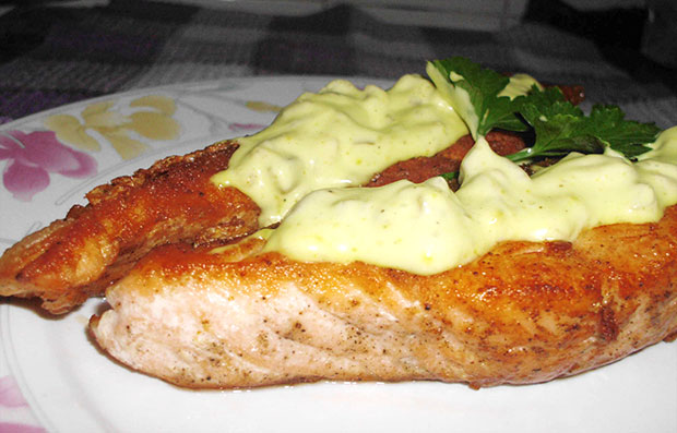 Salmón a la plancha con salsa de yogur